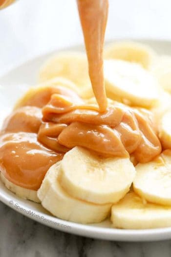 Pouring caramel over bananas