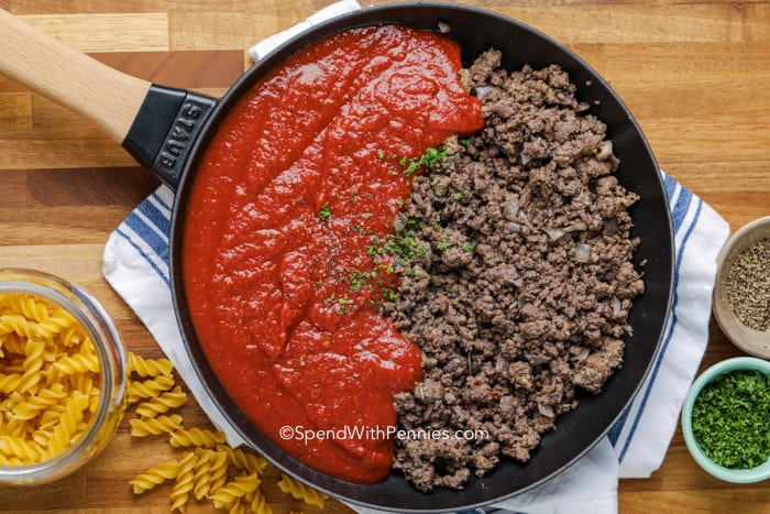 making meat sauce for fusilli