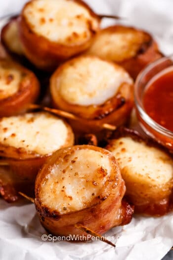 close up of Air fryer bacon wrapped scallops with dipping sauce