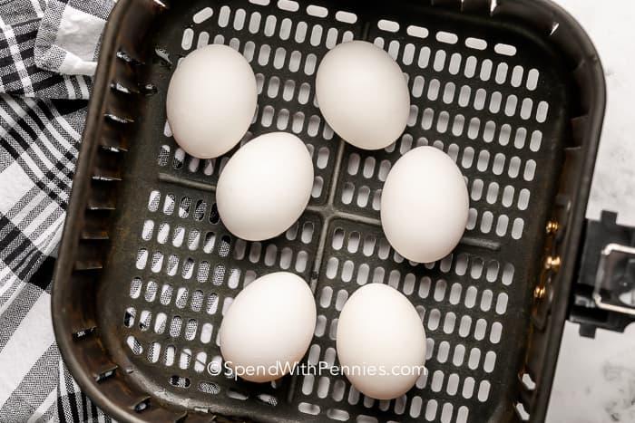 Légsütő főtt tojás egy légsütő kosárban