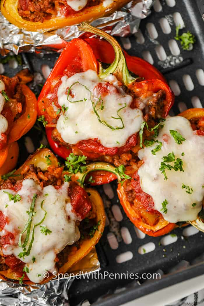 close-up van gekookte lucht friteuse gevulde paprika's