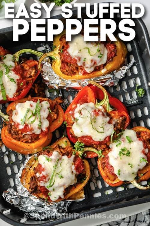 bovenaanzicht van Air Fryer Gevulde Paprika's in de heteluchtfriteuse koken met schrijven