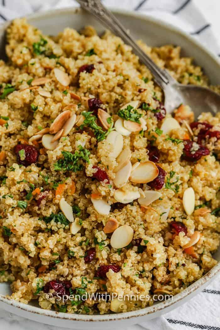 Kom Quinoa Pilaf met een lepel